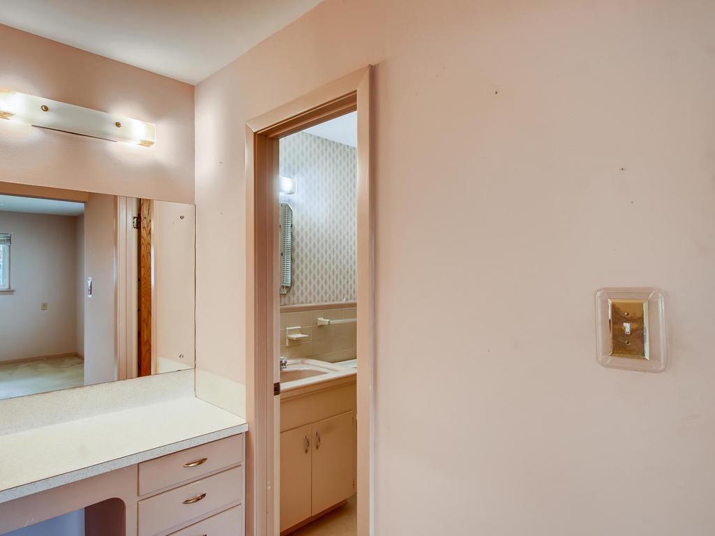2725 Barton Skyway Austin TX-017-039-Master Bathroom-MLS_Size