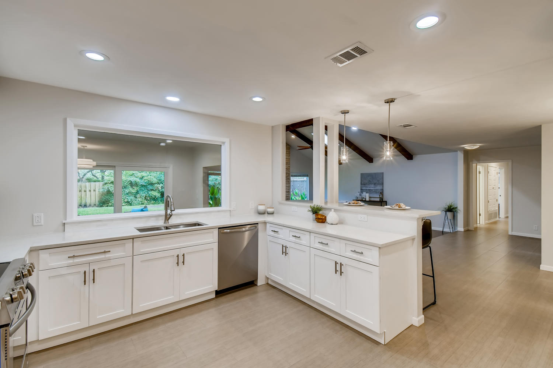 11902 Brookwood Circle Austin-large-012-014-Kitchen-1500x1000-72dpi